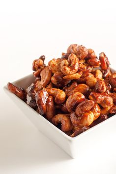 Time for a tasty party treat or afternoon snack! Add more or less sriracha to these Honey & Sriracha Roasted Cashews, depending on your tolerance for heat. Cashew Recipes, Roasted Cashews, Roasted Nuts, Tapas, Healthy Snacks, Healthy Recipes, Easy Recipes, Healthy Eating, Honey
