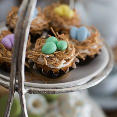Sugarcoated chow mein noodles & egg-shaped candies make #Easter cupcake decorating easy.
