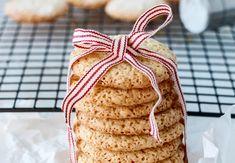 MANDELKJEKS MED SITRON Biscotti, Pesto, Chips, Food And Drink, Bread, Snacks, Baking, Cake, Desserts