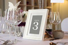 Tischnummern in weißem Bilderrahmen