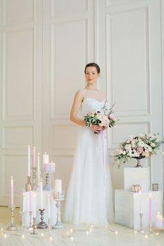 Утро невесты в нежных пастельных тонах, невеста в белой комнате
