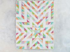 This beginner-friendly quilt top is exploding with color! Abstract floral and paisley prints in pink, aqua, lime green and orange are sure to brighten up any space. Colchas Quilting, Quilting Classes, Quilting Projects, Quilting Designs, Sewing Projects, Diy Projects, Big Block Quilts, Star Quilts, Nancy Zieman