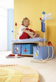 Stauraum und Sitzgelegenheiten für kleine Burgfräuleins oder tapfere Ritter.