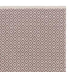 Reine Baumwolle wird von unseren erfahrenen Partnern in Indien von Hand in Twillbindung verarbeitet. Ein ansprechendes Diamantmuster verleiht dem Teppich orientalisches Flair und lässt ihn dennoch zeitlos schön wirken. Die leichte Textur macht ihn zudem sehr vielseitig.Kombiniert mit einer rutschfesten Unterlage bleibt der Teppich an Ort und Stelle.