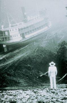 Der exzentrische Abenteurer und Opernliebhaber Brian Sweeney Fitzgerald – von den spanischsprechenden Peruanern Fitzcarraldo genannt – träumt wie besessen davon, in Iquitos im peruanischen Dschungel ein Opernhaus nach dem Vorbild des Teatro Amazonas in Manaus zu errichten und den Sänger Enrico Caruso zu engagieren.