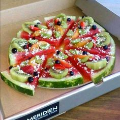 Idea: Watermelon Pizza (a pizza fruit salad) fruit pizza Pizza Fruit, Watermelon Pizza, Dessert Pizza, Pizza Food, Fruit Pie, Fun Fruit, Watermelon Dessert, Watermelon Slices, Pizza Pizza