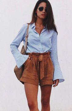 Azul claro: a melhor cor para um visual calminho. Camisa listrada, shortinho de alfaiataria caramelo