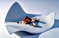 Design porcelain plates with unusual fluid shapes Food Presentation, Food Design, Porcelain, Plates, Japan, Interior Design, Outdoor Decor, Home Decor, Licence Plates