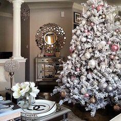 Árvore de Natal branca com neve