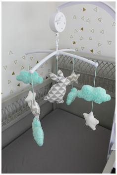 Mobile musical lapin étoiles et nuages vert d'eau et gris clair : Jeux, peluches, doudous par les-petits-gosses-miniatures