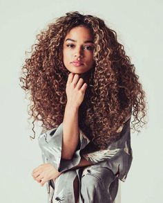 Cabelo Cacheado sem Frizz - How to Style Curly Hair - Tips, Tricks, and Ideas for Styling Curls Curly Hair Styles, Long Curly Hair, Big Hair, Natural Hair Styles, Curly Hair Model, Brown Curly Hair, Spring Hairstyles, Cool Hairstyles, Relaxed Hairstyles