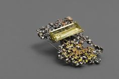 """Elisabeth Habig, """"Radici dell' Anima"""", Brosche, 2015, 14kt Gelbgold, Silber, Email, Edelstein (Lemoncitrin), Nadel aus Stahl Jewelry Art, Jewelry Necklaces, Jewelry Design, Jewellery, Wiener, Dell Anima, Diamond Earrings, Charmed, Contemporary"""