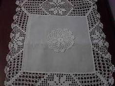 Imagem relacionada Diy And Crafts, Home Decor, Doilies, Linen Tablecloth, Crochet Doilies, Table Linens, Napkins, Crochet Tablecloth, Crochet Flowers
