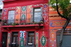 A unique tour of the streets that gave birth to the music of Buenos Aires. The houses of Carlos Gardel, Troilo and Pugliese Pichuco; Paseo del Fileteado; Homero Manzi's Corner, among many other attractions.