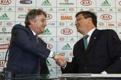 Presidente do Palmeiras, Nobre (esq.) cumprimenta Gaston Krause   © Ale Frata/Frame/Folhapress