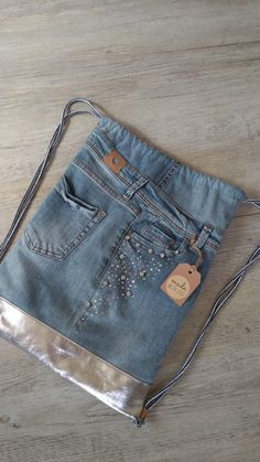 Gymnastic bag jeans with glitter stones Jean Crafts, Denim Crafts, Reuse Jeans, Diy Bags Patterns, All Jeans, Denim Ideas, Recycled Denim, Denim Bag, Fabric Jewelry