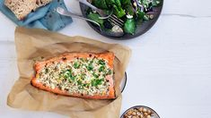 Baked salmon with feta crumble and blackberry salad Blackberry Salad, Easy Salmon Recipes, Shellfish Recipes, Mango Salsa, Baked Salmon, Feta, Salmon Burgers, Vegetable Pizza, Dessert Recipes