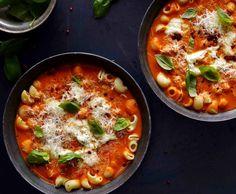 Krémová rajčatová polévka s těstovinami a bazalkou , Foto: Marek Kučera