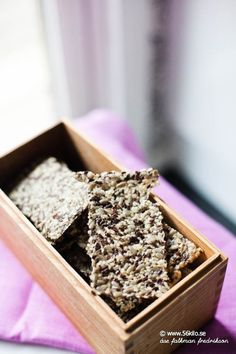 Crispy seed crackers --- Recipe in Swedish --- give me a holler if you need translation Lchf, Swedish Bread, Seed Crackers Recipe, Candy Cookies, Gluten Free Baking, Bread Baking, Healthy Cooking, How To Dry Basil, Low Carb Recipes