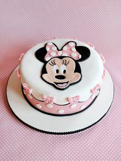 """Pastel """"Minnie""""en tonos rosas y con moños."""