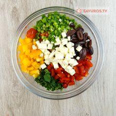 Aflați acum modul de preparare al unei fascinante rețete. Gustoasă, plină de culoare și foarte rapidă – salata mediteraneană cu năut este o adevărată provocare culinară. Combinația fantastică a ingredientelor îi conferă o aromă nemaipomenită Modul, Cobb Salad, Acai Bowl, Breakfast, Food, Salads, Acai Berry Bowl, Morning Coffee, Essen