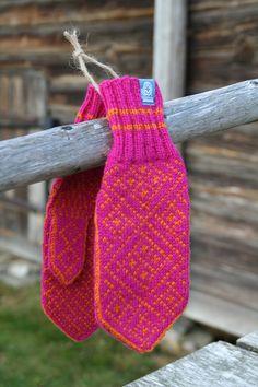 votter & sitteunderlag Røros Tweed -flott firmagave |ullvotten.no Crochet Mittens, Fingerless Mittens, Knit Crochet, Wrist Warmers, Cuffs, Projects To Try, Gloves, Colours, Knitting