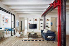 O ambiente, onde a família passa a maior parte do tempo, se conecta à sala de estar com portas de correr de vidro
