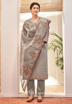 Discover the latest in stunning designer suits, salwar kameez online. Buy this arresting digital print and embroidered work cotton and jacquard pant style suit. Indian Designer Suits, Designer Salwar Suits, Stylish Dresses, Trendy Outfits, Casual Dresses, Indian Salwar Suit, Indian Suits, Punjabi Suits, Kurta Designs Women