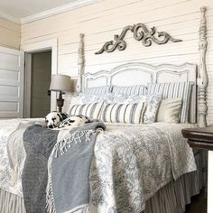 Modern farmhouse style combines the traditional with the new makes any space super cozy. Discover best rustic farmhouse bedroom decor ideas and design tips. Farmhouse Bedroom Furniture, Farmhouse Style Bedrooms, Home Decor Bedroom, Couple Room, Farmhouse Master Bedroom, Bedroom Rustic, Rustic Nursery, Farmhouse Remodel, Up House