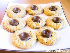 Dette er kjempegode småkaker med havre. En bit melkerull legges på kakene mens de er varme så sjokoladen smelter fast til kaken. Namnam julegodt.
