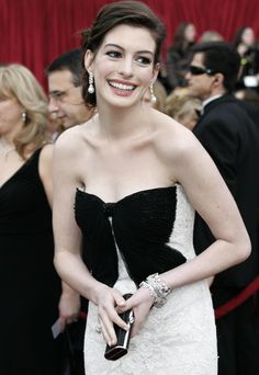 Hollywood, UNITED STATES: Anne Hathaway arrives on the red carpet for the 79th Annual Academy Awards in Hollywood, California, 25 February 2007.  AFP PHOTO / Hector MATA (Photo credit should read HECTOR MATA/AFP/Getty Images) via @AOL_Lifestyle Read more: https://www.aol.com/article/entertainment/2018/04/05/anne-hathaway-heads-fat-shamers-off-at-the-pass-with-weight-gain-explanation-video/23404127/?a_dgi=aolshare_pinterest#fullscreen