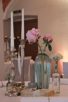 ♥♥♥ Für deine Hochzeit: Vintage Hochzeitsdeko mit Kerzenständer http://www.weddstyle.de/kerzenstaender-mieten.html #weddstyle