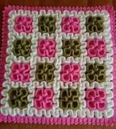 Squiggly/Wiggly Square This crochet pattern / tutorial is available for free. Crochet Afghans, Crochet Cushions, Crochet Squares, Crochet Motif, Baby Blanket Crochet, Crochet Flowers, Crochet Baby, Crochet Rugs, Crochet Circles
