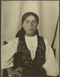 A Romanian woman at Ellis Island (1906)