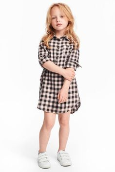Dress in a cotton weave with a collar, button placket, chest pocket with a button and side pockets. Long sleeves with buttoned cuffs and a tab and button. Baby Girl Dress Patterns, Little Girl Dresses, Baby Dress, Girls Dresses, Little Girl Fashion, Fashion Kids, Fall Fashion, Style Fashion, Fashion Outfits