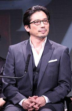 Ohhh man the glasses always so sexy.  Hiroyuki Sanada (18 Nov, 2013)