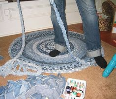 We've seen great ideas in the past that you can make from old jeans. Old jeans can still be recycled and serve perfectly as carpets. Below we have an nteresting collection of pictures with DIY carpet ideas from old jeans Jean Crafts, Denim Crafts, Fabric Crafts, Sewing Crafts, Sewing Projects, Sewing Ideas, Denim Rug, Denim Quilts, Denim Ideas