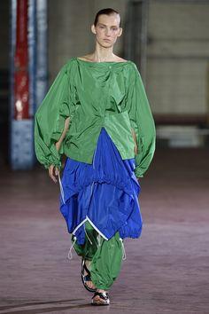 The shirt saves Joseph Fashion Show, Fashion Looks, Fashion Spring, Joseph Fashion, Spring Summer 2016, Ready To Wear, Clothes For Women, Womens Fashion, Model