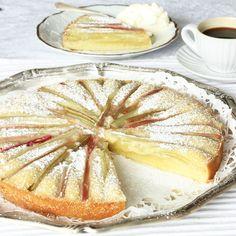 Den sura rabarbern i kombination med den söta, kladdiga kakan är underbar! En gudomligt god kaka!
