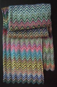 Et væld af zigzag. Meget nemt tørklæde, som bliver imponerende smukt. Alle kan gå i gang med det. Mønstret går kun over 4 pinde. Her strikket i 100 % merinould på pinde 3.