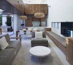 wohnzimmer mit offener küche holzmäbel graue polsterung weiß