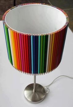 Pantalla de lámpara hecha con lápices de colores - Screen lamp made of crayons