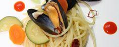 The mussel meets the noodle and bathes with fine vegetables in the wonderful fragrance .- Die Muschel trifft die Nudel und badet mit feinem Gemüse im herrlichen Duft ein… The mussel meets the noodle and bathes with fine … - Shellfish Recipes, Mussels, Noodles, Bacon, Fragrance, Vegetables, Ethnic Recipes, Food, Handmade