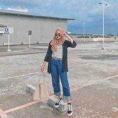 Button Up Shirt Graphic Tee Mango Jeans Converse Modern Hijab Fashion, Street Hijab Fashion, Hijab Fashion Inspiration, Muslim Fashion, Korean Fashion, Casual Hijab Outfit, Hijab Chic, Casual Outfits, Fashion Outfits