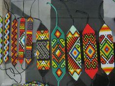 AMERICANKHE---MUSICA RAÍZ NATIVA: Artesanía Yagesera Native American Patterns, Indian Patterns, Native American Beading, Bracelet Crafts, Loom Bracelets, Bead Loom Patterns, Beading Patterns, Beaded Hat Bands, Chevron Friendship Bracelets