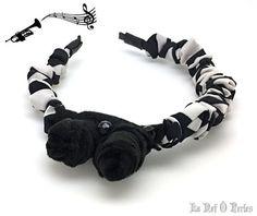 De jour comme de nuit, ce serre-tête fera son petit effet avec son style jazzy tout en contraste noir et blanc ! Serre-tête fait-main habillé d'un ruban froncé, panne de velours, feutrine, boutons jais, cuir.