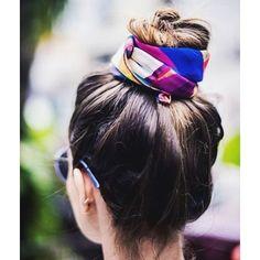 Tem post no blog sobre os penteados que mais uso: o coque e o meio preso. Existem muitas maneiras de usá-los e eu AMEI essa da foto, amarrando um lenço, estou louca pra testar ❤️ para ver mais é só acessar o blog #hair #blogdemoda #coque #estilo