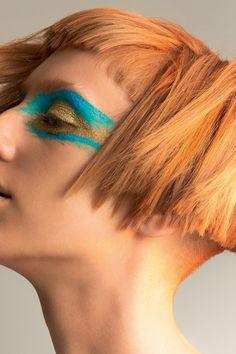 Azul com brilho: a cor definitiva da maquiagem da estação