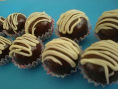 Recept za ukusne čokoladne praline od Torte i kolači Ivanka. Sastojci: 3 jaja 10 žlica šećera 10 žlica ulja 10 žlica mlijeka 10 žlica brašna 1 žlica kakaa 1 prašak za pecivo  Od navedenih sastojaka ispeći biskvit, ostaviti ga da se ohladi i izmrviti u posudi. Dodatni sastojci: 150 gr mljevenih lješnjaka, oraha [...]