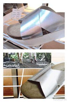 Sandalia en gris metalizado.